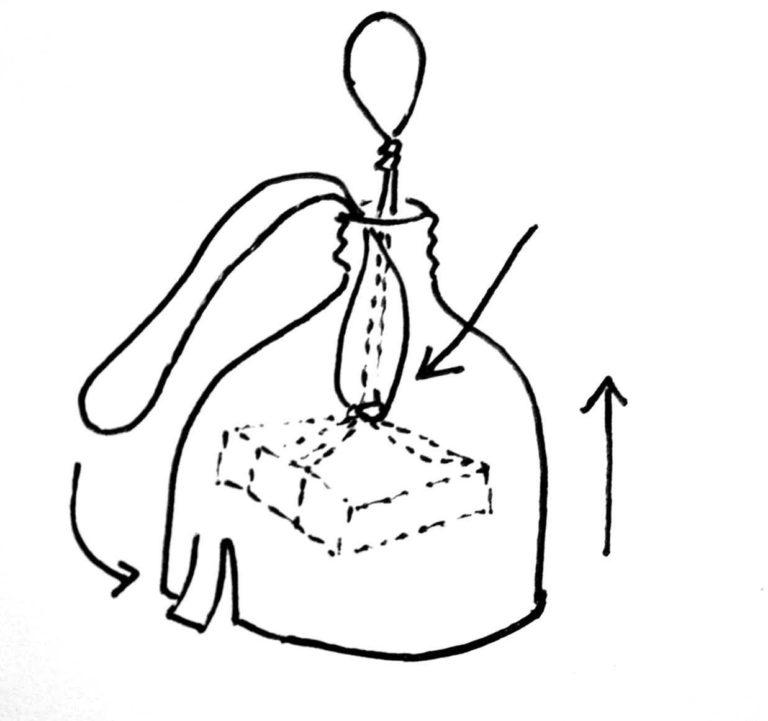 Introduce el arnés por el cuello de la botella