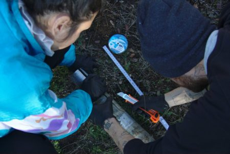 Cortando el plástico del tubo con una navaja