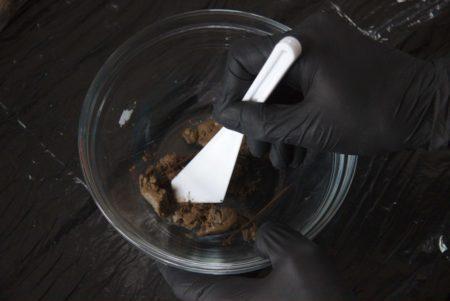 Deshaciendo la muestra con una paleta de plástico