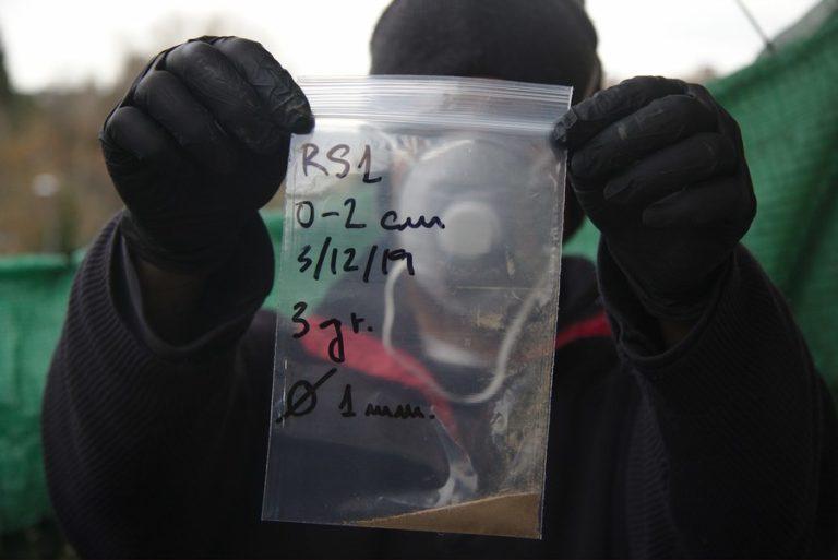 Muestra seca en bolsa indicando fecha, capa y grosor del tamiz empleado